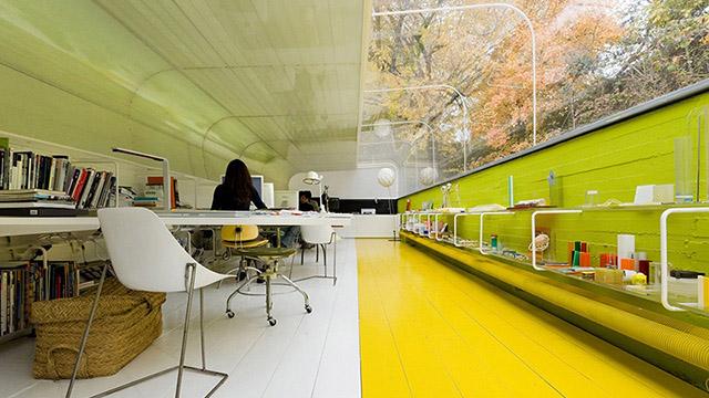 Офис насред гората